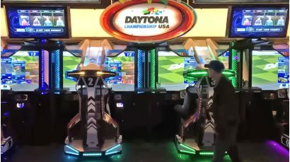 Daytona Championship USA SDLX - A wide view of the cabinet and its bright lighting